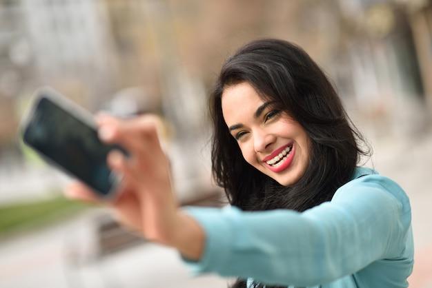 Brunette Femme Avec Un Grand Sourire En Prenant Une Photo Photo gratuit