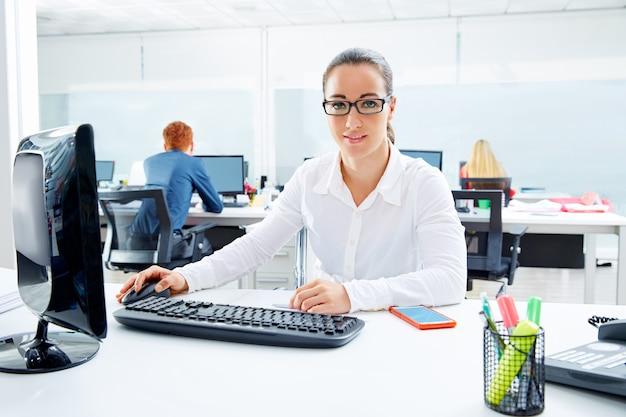 Brunette lunettes femme d'affaires au bureau Photo Premium