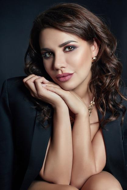 Brunette sexy avec de beaux cheveux bouclés noir Photo Premium