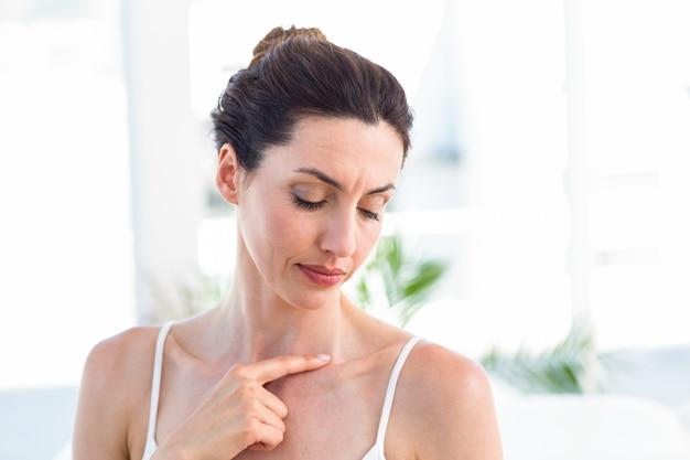 Brunette touchant sa clavicule Photo Premium