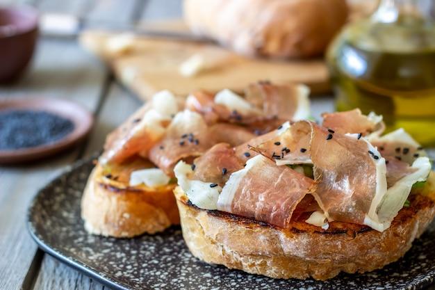Bruschetta au prosciutto et au jambon serrano Photo Premium