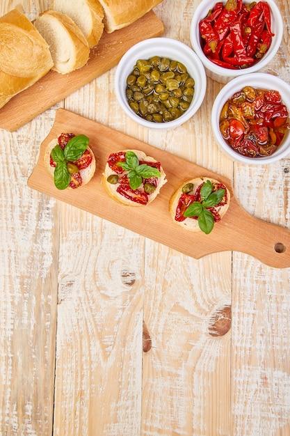 Bruschetta Crostini Aux Tomates Séchées Au Soleil Et Câpres Photo Premium