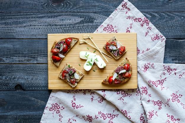 Bruschetta Italienne à Base De Tranches De Pain Grillées Aux Tomates Cerises Photo Premium