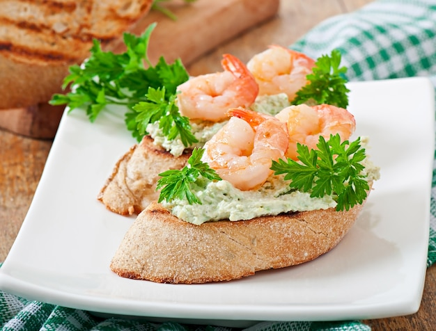 Bruschetta Avec Une Pâte De Pois Verts Et De Crevettes Photo gratuit
