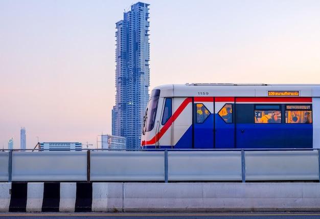 Bts skytrain sur le paysage urbain de bangkok Photo Premium