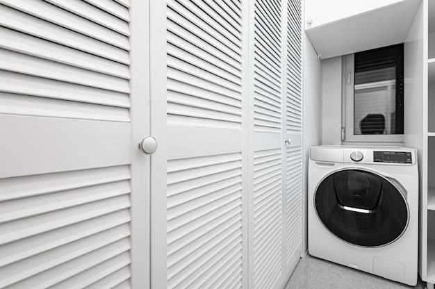 Buanderie Blanche Avec Grande Armoire Et Machine à Laver Dans Un Nouvel Appartement De Luxe Photo Premium