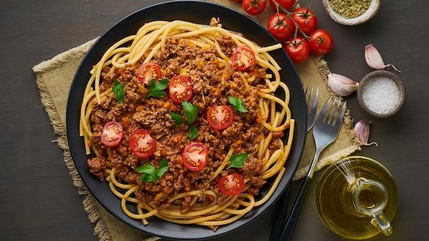 Bucatini de pâtes à la bolognaise avec viande hachée et tomates Photo Premium