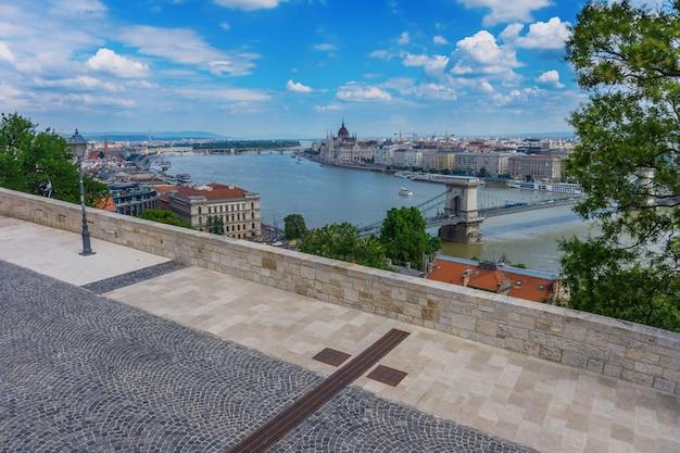 Budapest sur fond de nuages en hongrie. Photo Premium