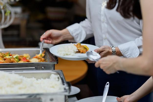 Buffet alimentaire, traiteur traiteur au restaurant Photo Premium