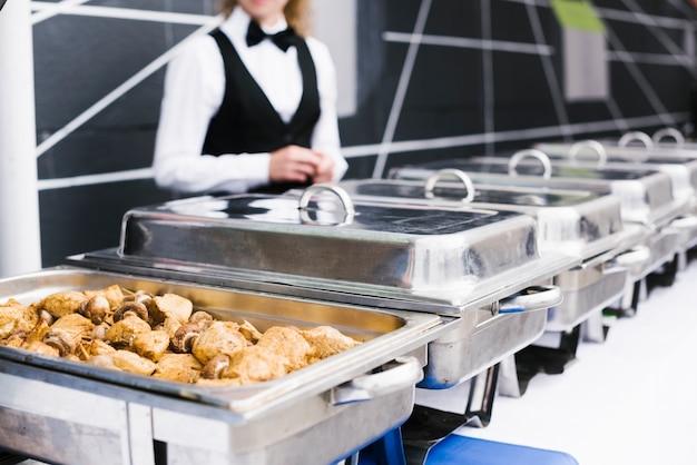 Buffet au poulet servi sur une boîte en métal Photo gratuit