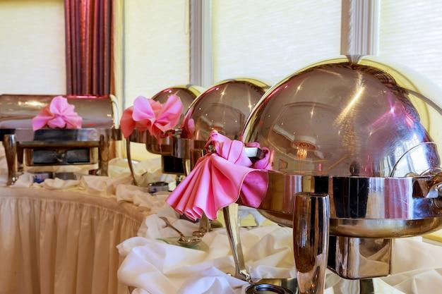 Buffet chauffe les plateaux en file d'attente prêt pour le service. restaurant, le restaurant de l'hôtel. Photo Premium