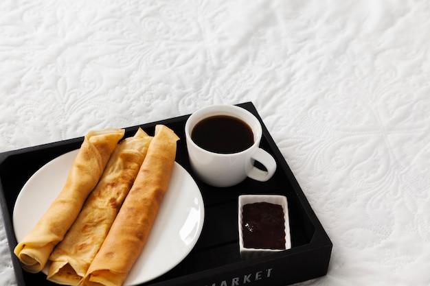 Buffet De Petit Déjeuner Avec Café Crêpes Et Sirop