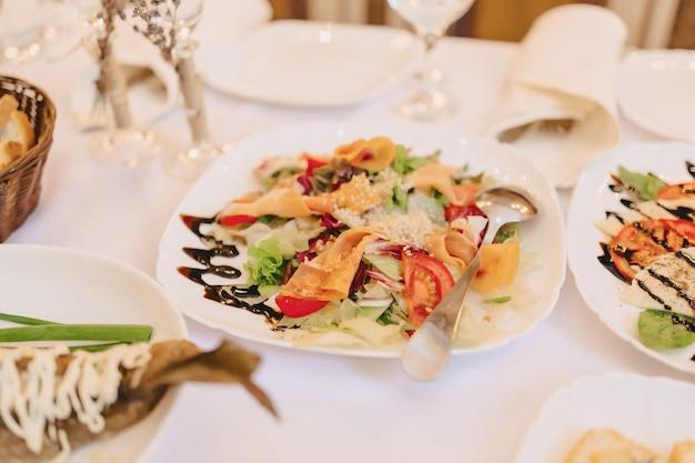 Buffet salé de fête, poisson, viande, chips, boulettes de fromage et autres spécialités pour célébrer mariages et autres événements Photo Premium