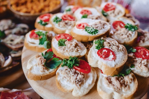 Buffet salé de fête, poisson, viande, chips, boulettes de fromage et autres spécialités Photo Premium