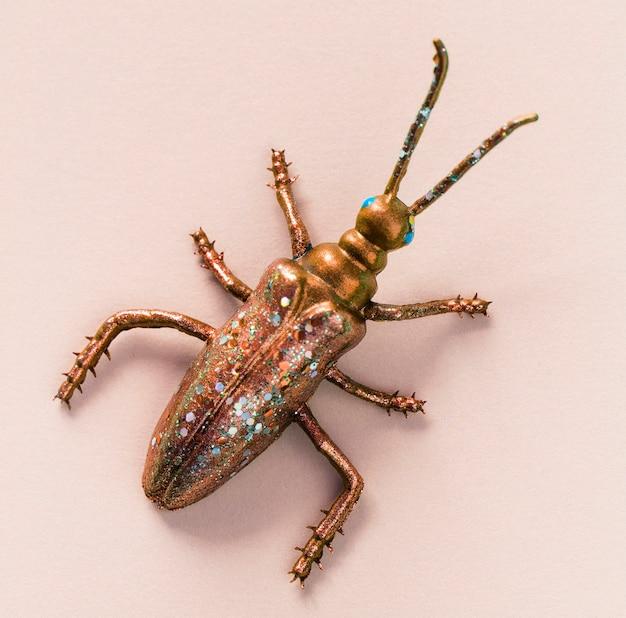 Bug miniature coloré sur un papier Photo gratuit