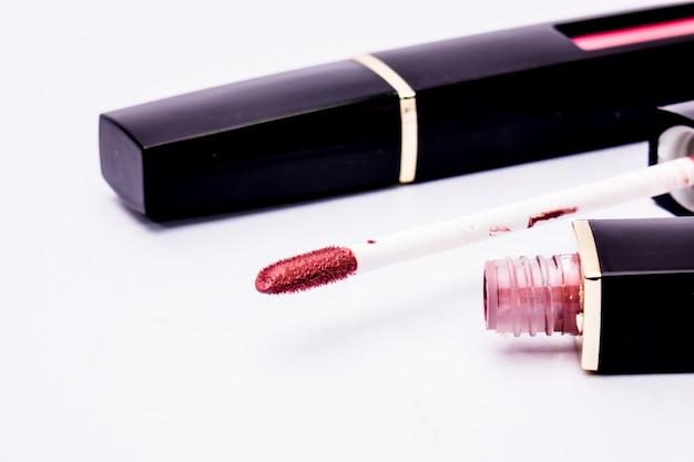 Buisson de rouge à lèvres liquide utilise des lèvres pour les femmes, isolé sur fond blanc Photo Premium