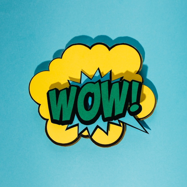 Bulle de dialogue avec le texte d'expression wow sur fond bleu Photo gratuit
