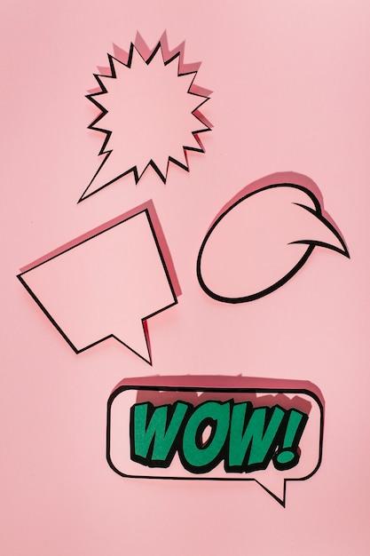 Bulle de dialogue vide avec bulle d'expression sonore wow sur fond rose Photo gratuit