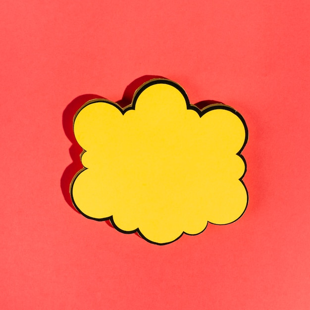 Bulle jaune vide sur fond rouge Photo gratuit