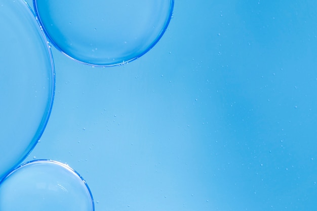 Bulles D'air Dans Un Fluide Sur Un Arrière-plan Flou Bleu Photo gratuit