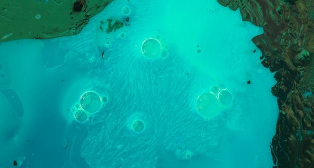 Bulles sur le fond texturé de peinture turquoise et verte Photo gratuit