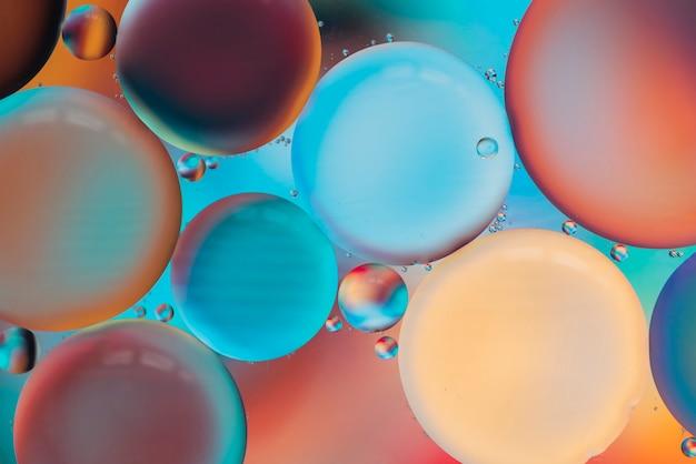 Bulles multicolores lumineuses avec des gouttes Photo gratuit