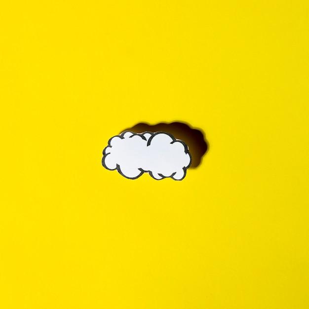 Bulles de nuage blanc avec ombre sur fond jaune Photo gratuit