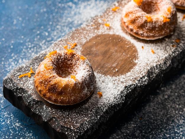 Bundt gâteaux sur plateau noir et service Photo Premium