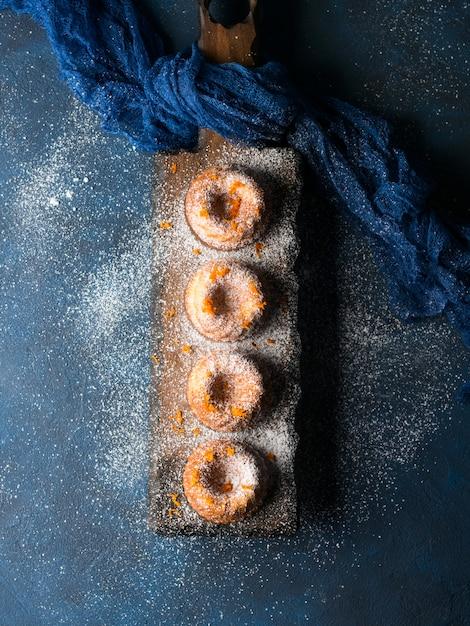 Bundt gâteaux sur plateau noir. vert Photo Premium