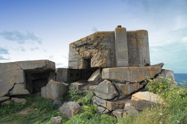 Bunker allemand en normandie après la seconde guerre mondiale Photo Premium
