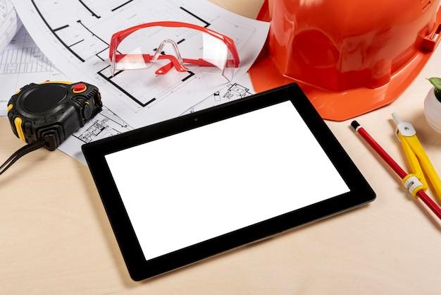 Bureau à angle élevé avec tablette sur la maquette Photo gratuit