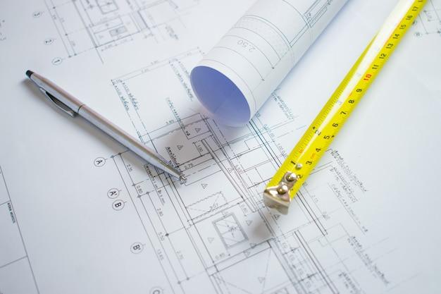 Bureau d'architecte avec stylo, cartouche de compteur sur le plan de la maison. Photo Premium