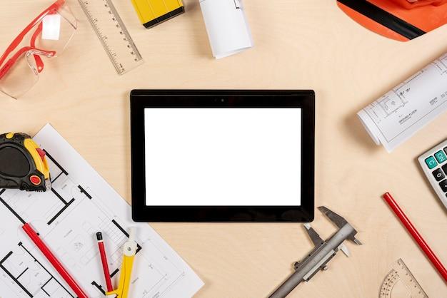 Bureau d'architecte avec tablette sur le dessus de la maquette Photo gratuit