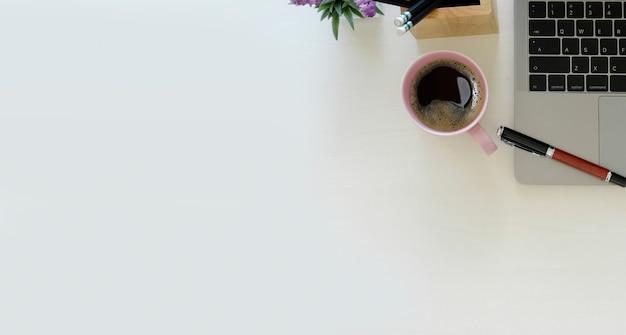 Bureau en bois blanc avec ordinateur portable et fond Photo Premium