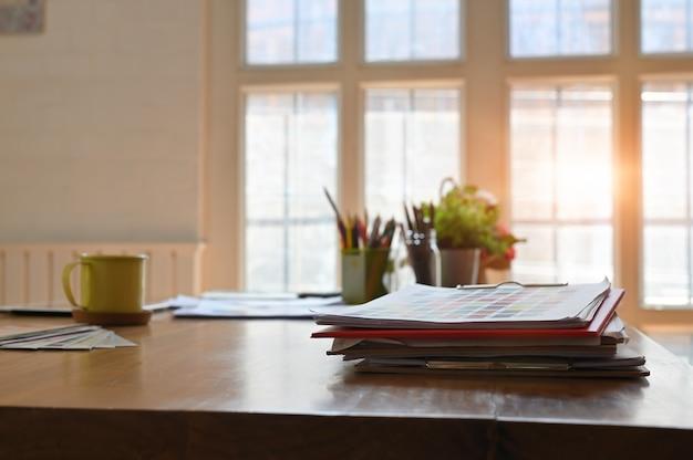 Bureau en bois créatif avec carte en papier de couleur et une tasse à café. Photo Premium
