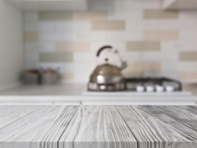 Bureau en bois devant le comptoir de cuisine avec gaz Photo gratuit
