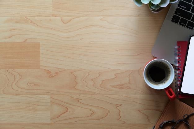 Bureau en bois avec ordinateur portable, fournitures et espace de copie Photo Premium