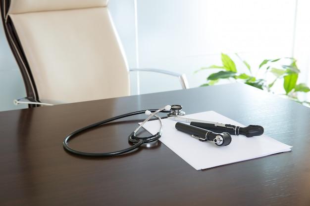 Bureau de bureau de médecin avec stéthoscope et otoscope Photo Premium