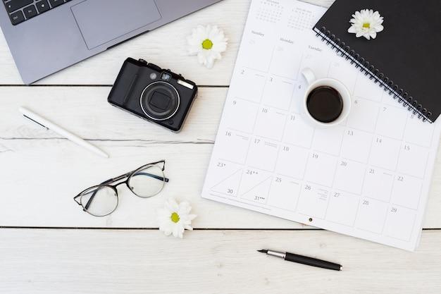 Bureau bureau avec objets Photo gratuit