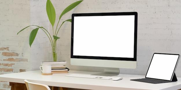 Bureau confortable avec ordinateur portable à écran blanc Photo Premium