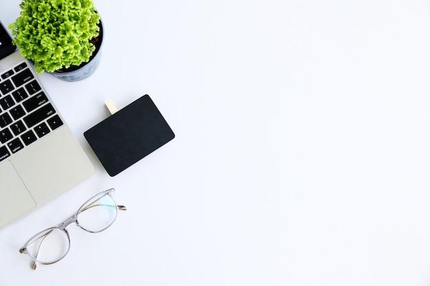 Bureau d'espace de travail avec ordinateur portable et affaires et technologie concept.space pour votre texte Photo Premium