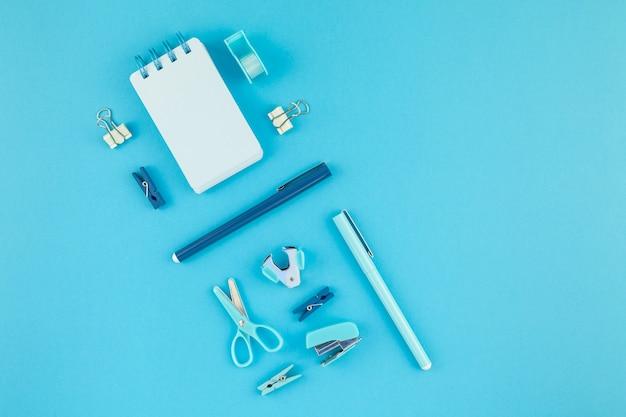 Bureau de l'espace de travail style fond de fournitures de bureau d'étude Photo Premium