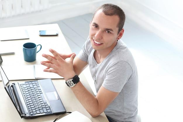 Bureau. homme heureux au travail Photo gratuit