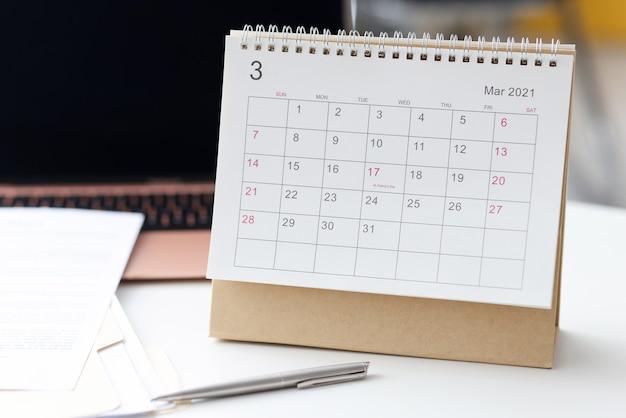 Sur Le Bureau, Il Y A Un Calendrier Pour 2021 à Côté Du Stylo Et Du Papier. Concept De Planification Des Tâches Quotidiennes Photo Premium