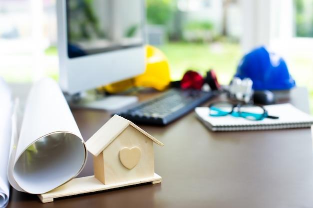 Bureau d'ingénierie et d'architecte avec ordinateur Photo Premium