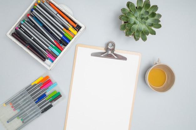Bureau avec matériel de dessin Photo gratuit