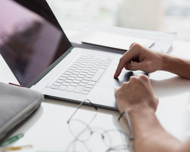 Bureau moderne avec ordinateur portable et lunettes Photo gratuit