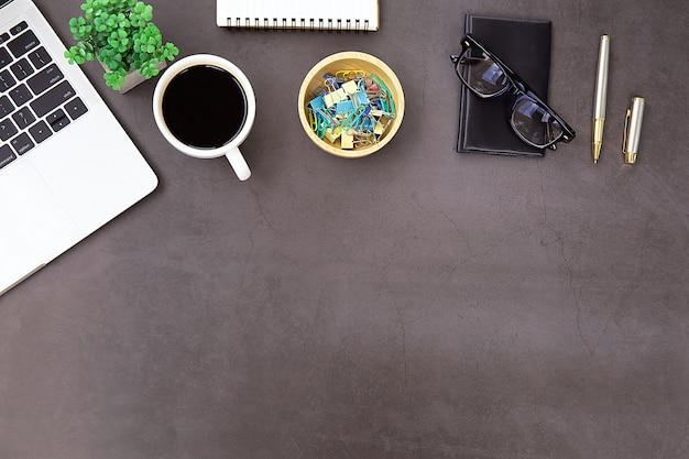 Bureau moderne poste de travail avec ordinateur portable. Photo Premium