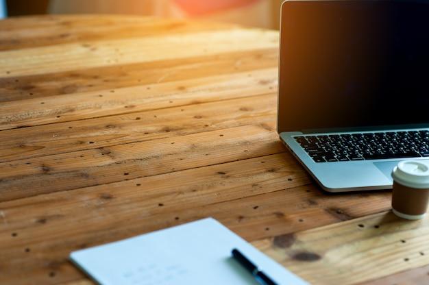 Un bureau avec un ordinateur de bureau et une note sur le bureau. concept d'entreprise avec espace de copie. Photo Premium