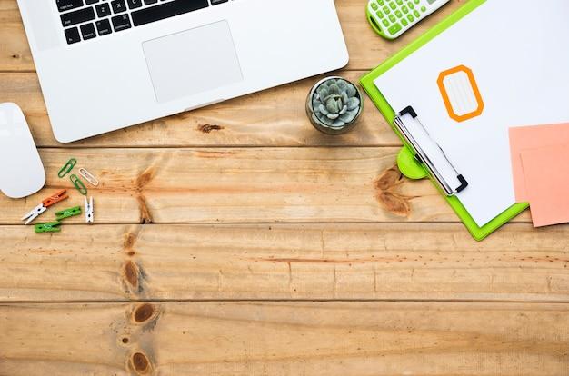 Bureau avec ordinateur portable et clavier Photo gratuit